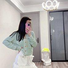 Chanel 香奈兒針織開襟衫 針織衫 上衣 小外套 經典圓領設計 不挑臉型修飾頸部線條 前片做了兩個口袋的設計 綠色跟白色的撞色設計