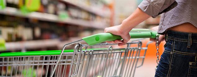 Woman pushing a shopping trolley (Fotolia)