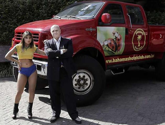 Oscar Maroni posa ao lado da modelo VIviane. Foto: Anderson Jesus / Divulgação