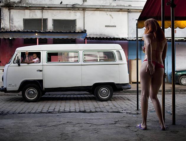 Famoso distrito do sexo, Vila Mimosa fica a 2km do Maracanã e terá programação especial. Foto: AP