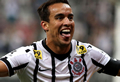 Corinthians supera Ponte Preta e se mantém perto do G4
