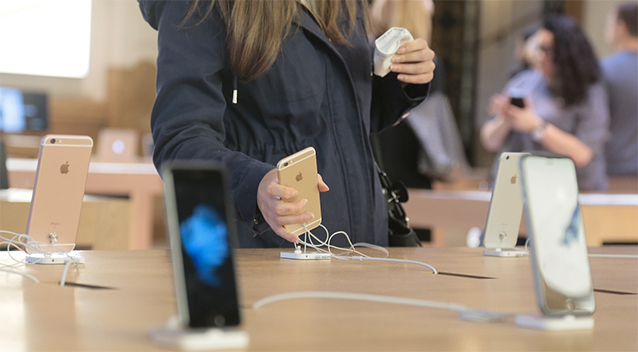 Apple store employees accused of stealing, rating customer photos
