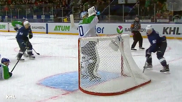 KHL: The Drinks Are On The Most Nonchalant Ice Hockey Goalie Ever (video)
