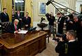 Trump firma orden ejecutiva contra el Obamacare