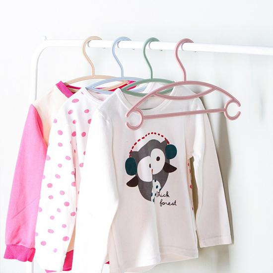 ✭米菈生活館✭【N290】兒童服飾專用衣架(單入) 素色 塑料 嬰兒服 晾衣架 寶寶 掛勾 防滑