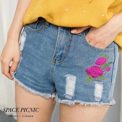 短褲Space Picnic現貨玫瑰刺繡抽鬚抓破單寧短褲C1703205