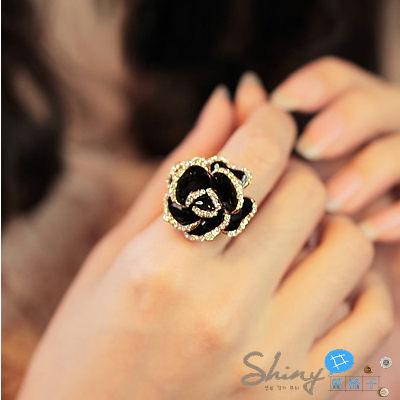 【21A89】shiny藍格子-閃耀光芒.鑲鑽黑玫瑰花造型女款戒指