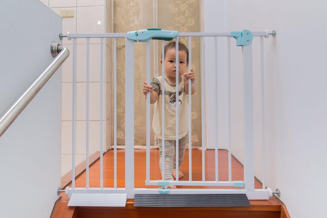 baby safe 2017最新 上下一體成型 兒童安全門欄/嬰兒圍欄/狗柵欄//門欄樓梯防護欄 圍欄 A/B款 綠魚款