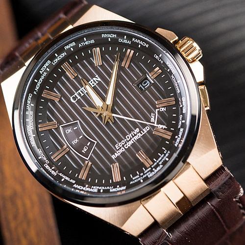 CITIZEN 星辰 Eco-Drive 限量 褐色宇宙電波對時光動能腕錶 CB0164-17E 熱賣中!