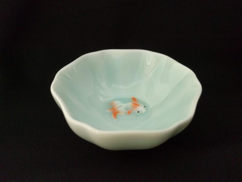 喜瑞瓷粉青六角浮雕金魚杯