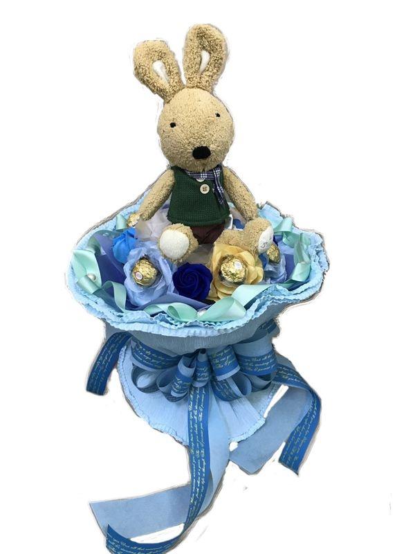 娃娃屋樂園~30CM砂糖兔.6朵韓式豪華香皂花.6顆金莎巧克力每束1200元畢業熊學士熊畢業拍照花束