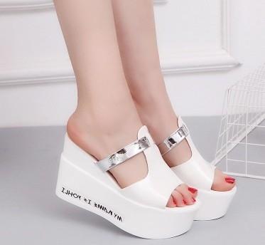 協貿國際厚底涼拖鞋女夏新款時尚坡跟女鞋子百搭鬆糕涼鞋舒適性感1雙入