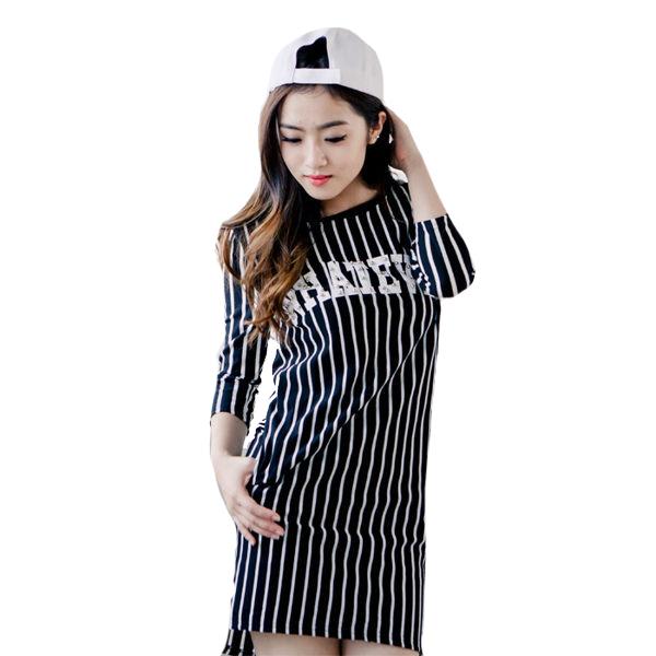 球衣式風格雙口袋七分袖條紋字母洋裝     [黑 白] 兩色售