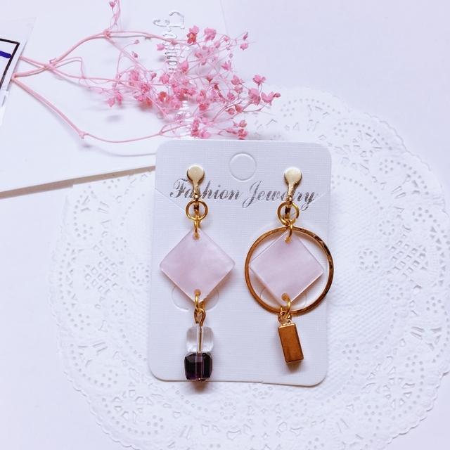 夾式耳環獨家設計粉紅方片水晶鏤空圓圈不對稱夾式耳環