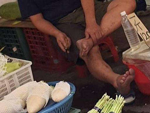 好吃的秘訣?逛菜市場驚見菜販翹二郎腿 拿竹筍刀削腳皮