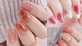 2021秋冬「優雅升級玫瑰色美甲」!跳色搭配、金線勾勒、天然石渲染…10款顯白大推薦