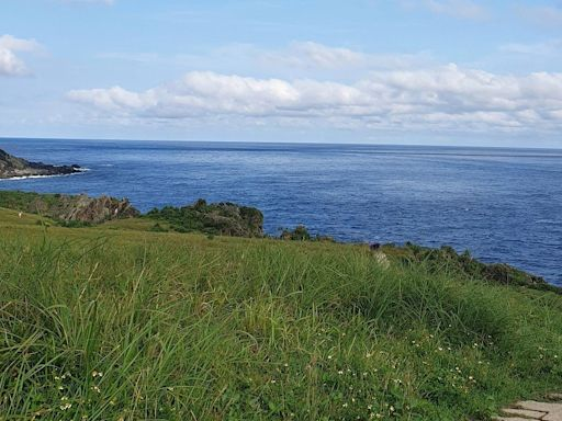 蘭嶼景點|青青草原觀夕陽、小蘭嶼、老人岩絕佳視野 | 部落客頻道 | 妞新聞 niusnews
