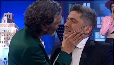 El apasionado beso entre Leo Sbaraglia y Jey Mammon que causó furor en las redes