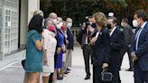La reina Sofía vuelve de las vacaciones demostrando su pasión por el arte