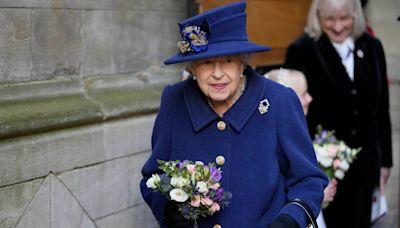La reina Isabel II se mostró por primera vez con un bastón en un evento público