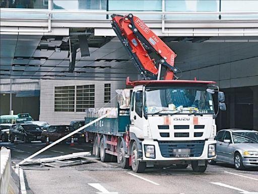 吊臂車「劏開」橋底天花 碎片幾釀傷亡 監管吊臂車高度擬用電子鎖