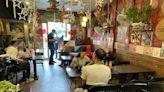 桃園移工餐廳10多人內用未裝隔板 累犯店家恐挨罰