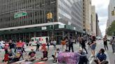 促停止將遊民轉回庇護所 示威群眾市政廳前占路遭捕