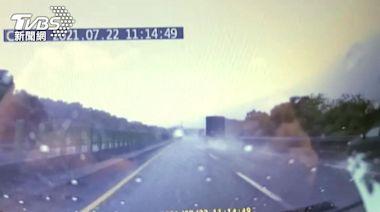 「倒退嚕橫噴」轎車國道自撞 大貨車又撞