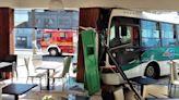 Video: un colectivo se estrelló contra una pizzería justo enfrente del hospital de San Miguel