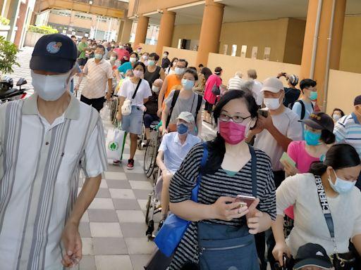 桃園疫情|1200人排隊打疫苗要花20小時 根本群聚!20cm間隔也沒有 | 蘋果新聞網 | 蘋果日報