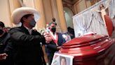 El Gobierno y la oposición de Perú velan al congresista fallecido durante un debate parlamentario