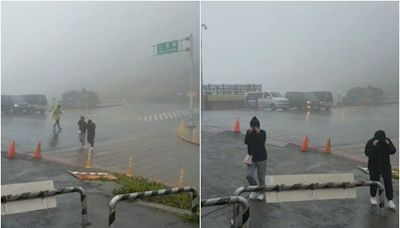 合歡山武嶺狂風暴雨!遊客嚇歪:傘都撐不住…松雪樓籲暫勿前來
