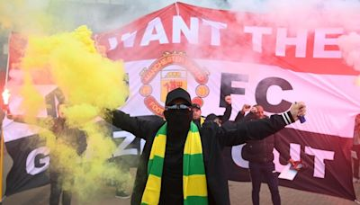 Major protest of Glazer family delays match between Manchester United, Liverpool