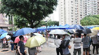 大埔多個屋苑需強檢 居民冒雨排隊等檢測