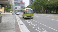 上公車未果 雨傘拍打車身.未戴口罩馬路爭吵