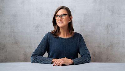 【Bitcoin】Cathie Wood 申請推比特幣期貨ETF 至少10家基金爭推 - 香港經濟日報 - 即時新聞頻道 - 即市財經 - Hot Talk