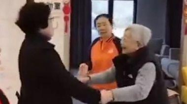上海官宣9旬癱瘓老人聽紅歌起身跳舞 引嘲諷