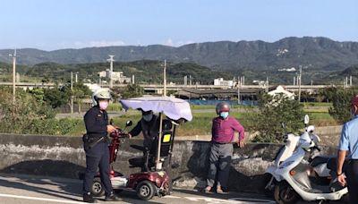 老翁電動代步車拋錨 暖警協助載送人車返家