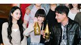 《角頭-浪流連》開香檳慶功!謝欣穎「環抱鄭人碩」宣布好消息
