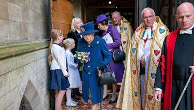 La reina Isabel II aparece usando un bastón en público