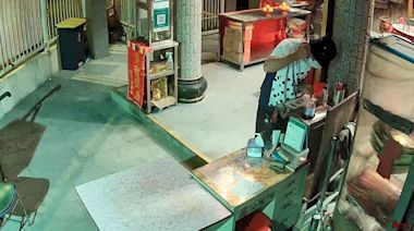 CCTV影晒|1.8米高波點衫男潛城隍廟 鐵線黐膠紙「潛」香油錢 | 蘋果日報
