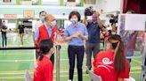 臺東全縣學生同意接種率破9成 校園BNT疫苗今日開打 縣長饒慶鈴前往東商關心學生身體狀況