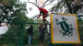 Jóvenes arman su Feria Clandestina de Chapultepec