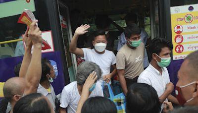 緬甸大赦5600人多為反對派 民眾夾道歡迎獲釋者