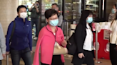 香港特首林鄭月娥跌倒留醫一晚 今早出院時右手有手托