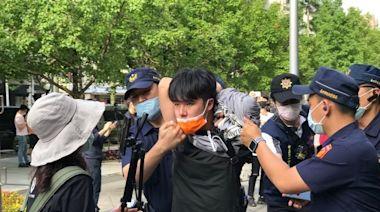 學生聲援南鐵拒遷戶黃春香 「圍交通部砸雞蛋」遭警壓制帶離