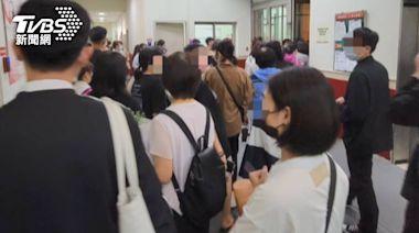 台中新光三越才復業 上百名員工下班擠門口│TVBS新聞網