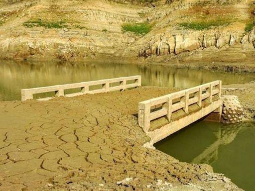水庫乾到見底 機車亂入湖底觀光小心受罰
