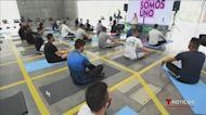 Buscan relajar la mente de los policías con lecciones de yoga en Colombia