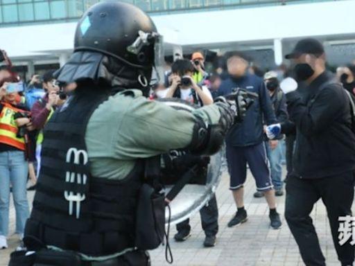 青年撲警欲救示威者終被捕 認暴動襲警囚28個月 | 蘋果日報